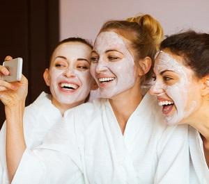 3 tjejer med ansiktsmasker